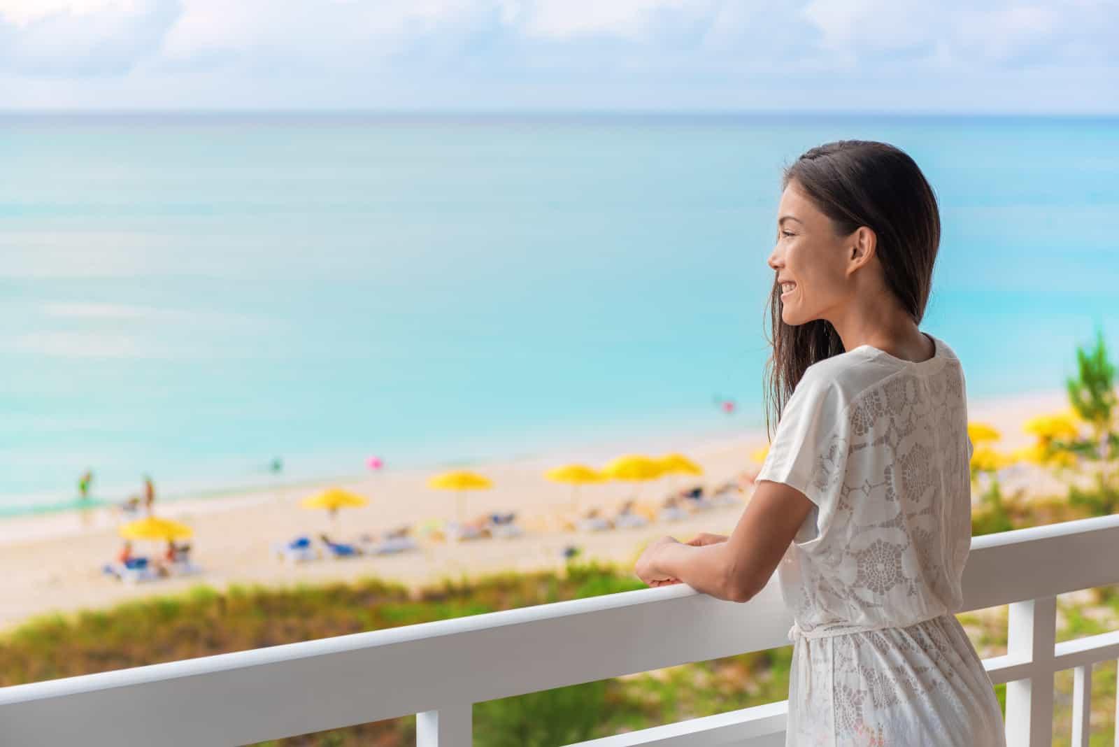 fille regardant la plage