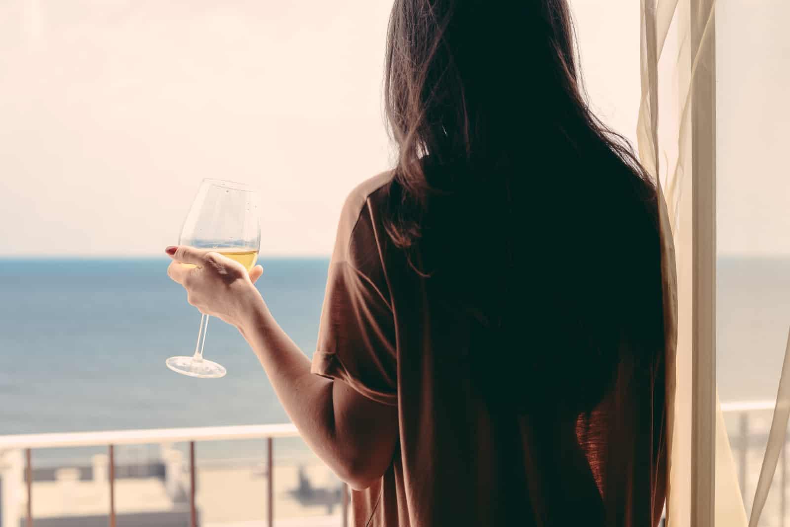 fille tenant un verre de vin