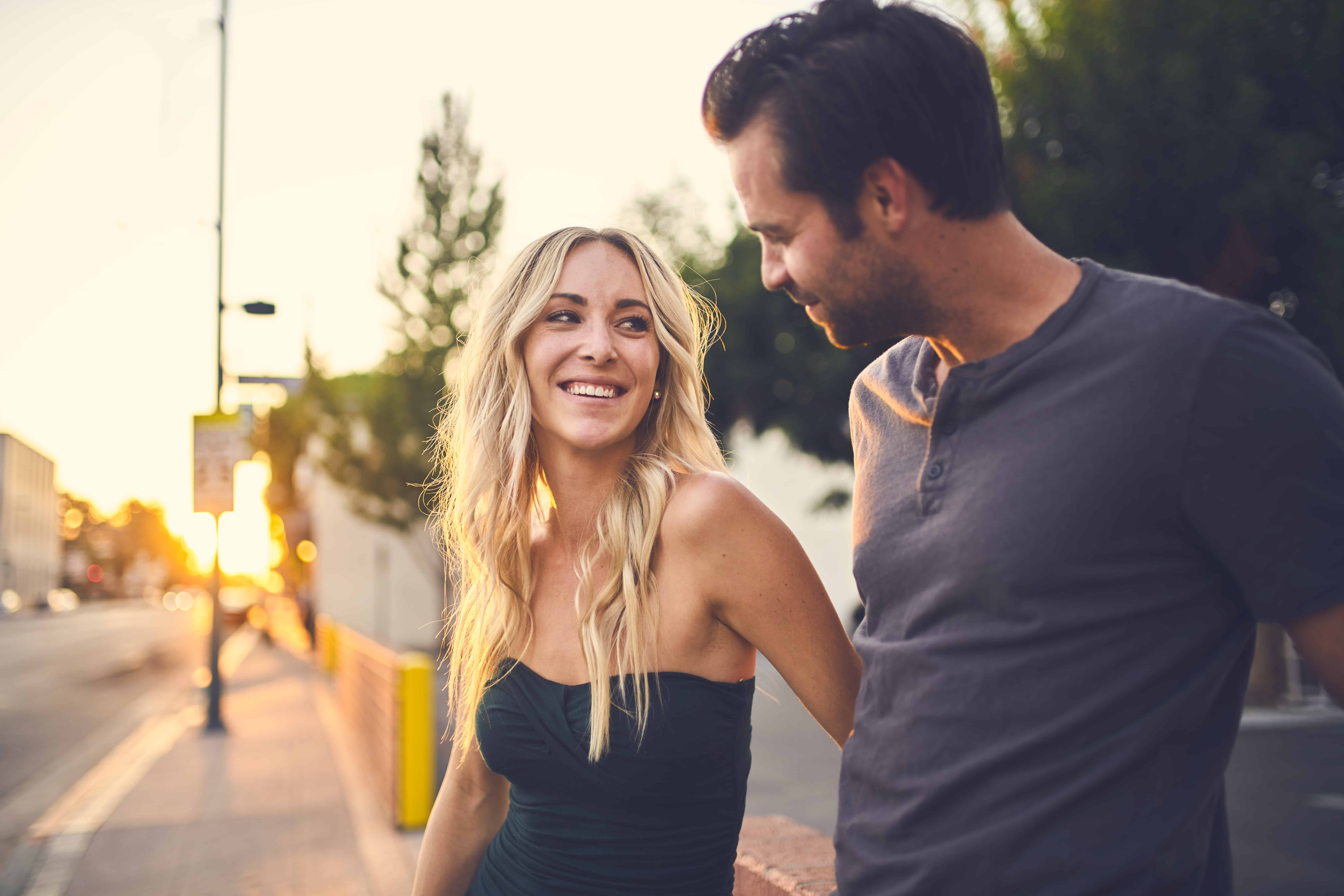 homme séduisant regardant femme souriante en marchant ensemble