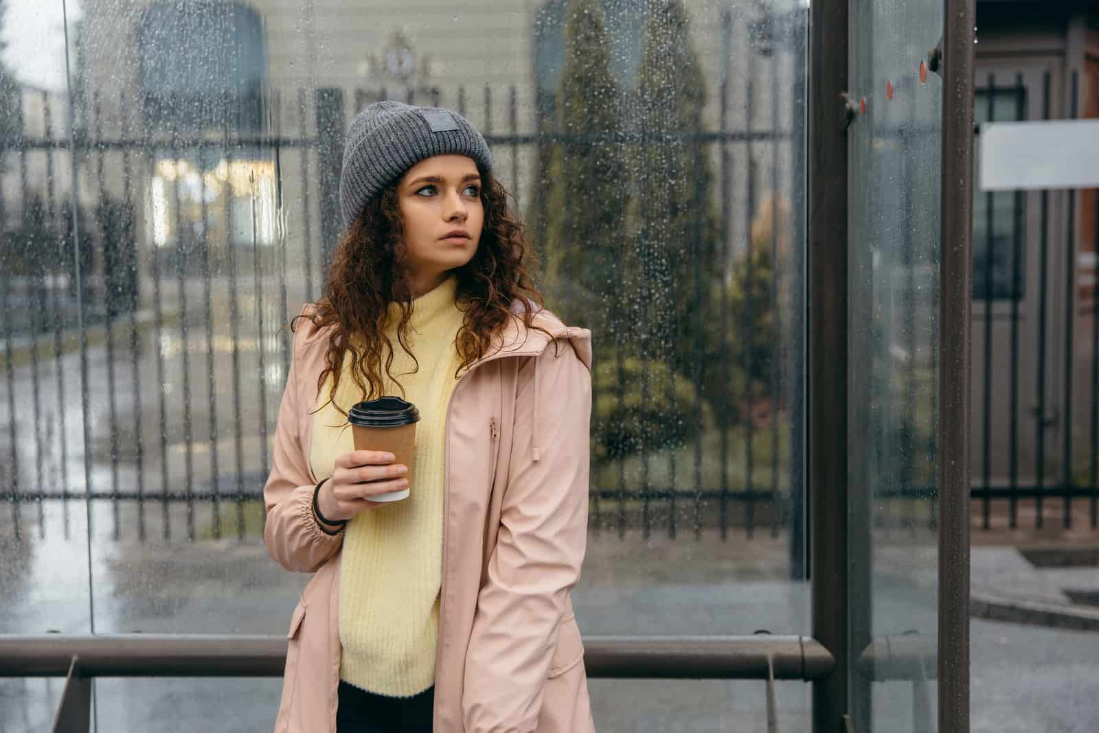 jeune femme frisée avec tasse de café