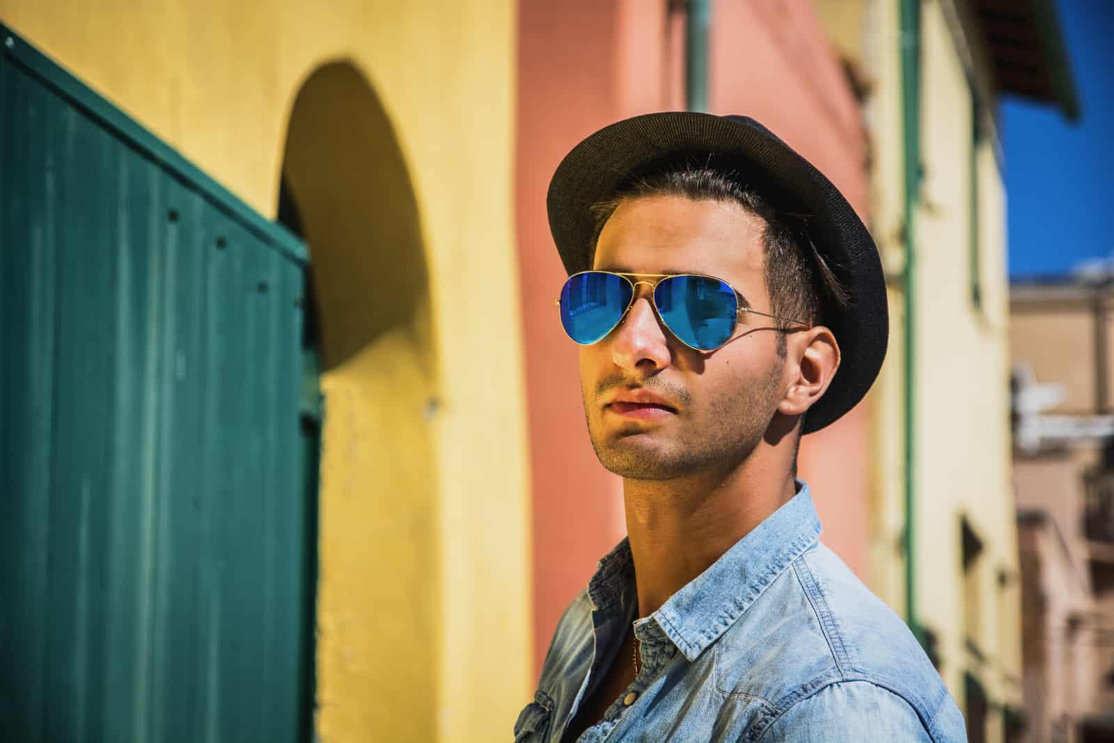 jeune homme en bleu lunettes de soleil miroir