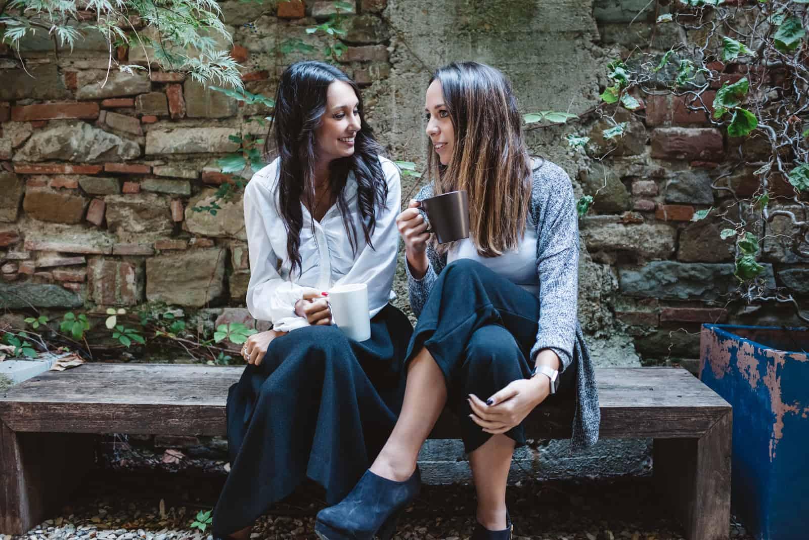 jeunes amis assis et parlant