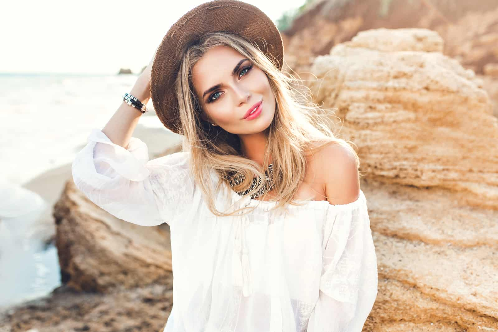 jolie fille blonde aux cheveux longs