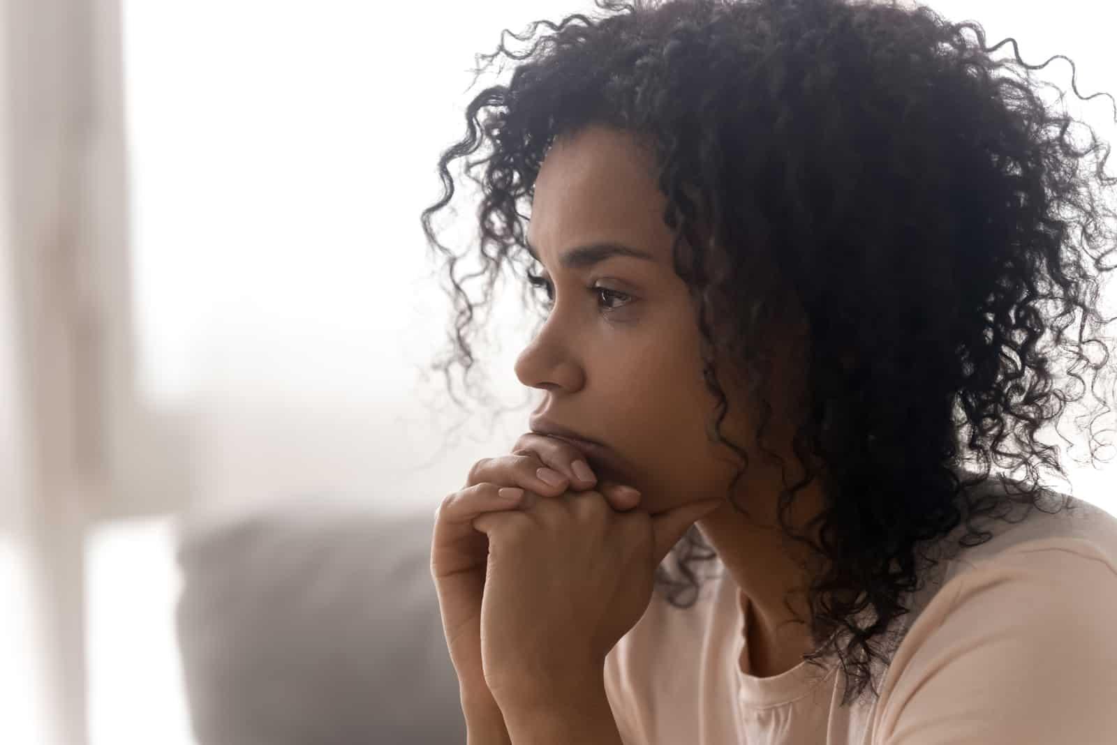 pensif, jeune femme, pensée