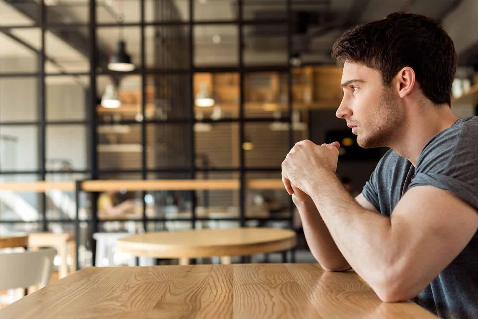 pensif, jeune homme, regarder loin, quoique, séance table, dans, café