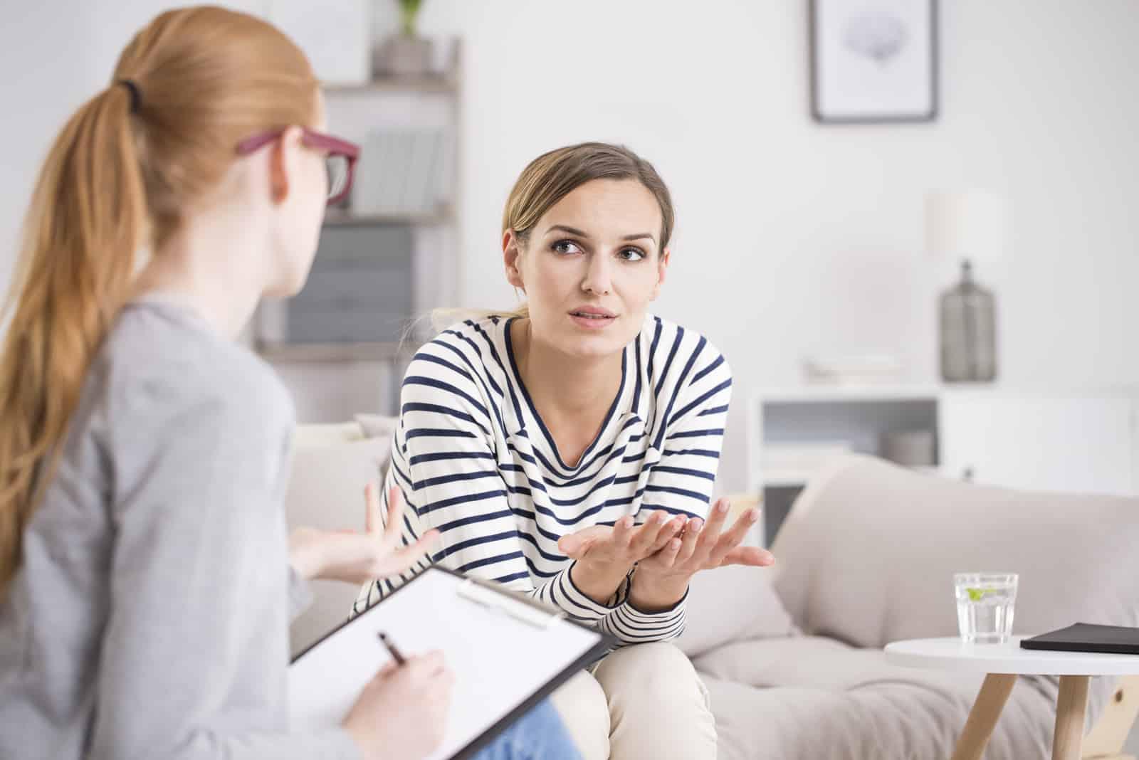 psychiatre écoute son patient