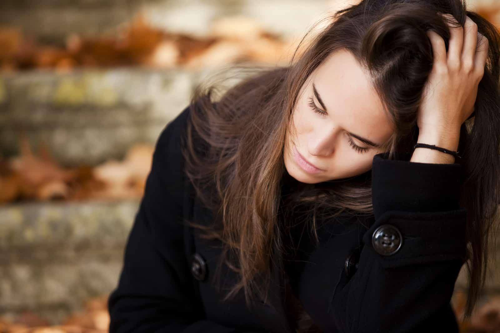 triste jeune femme en plein air