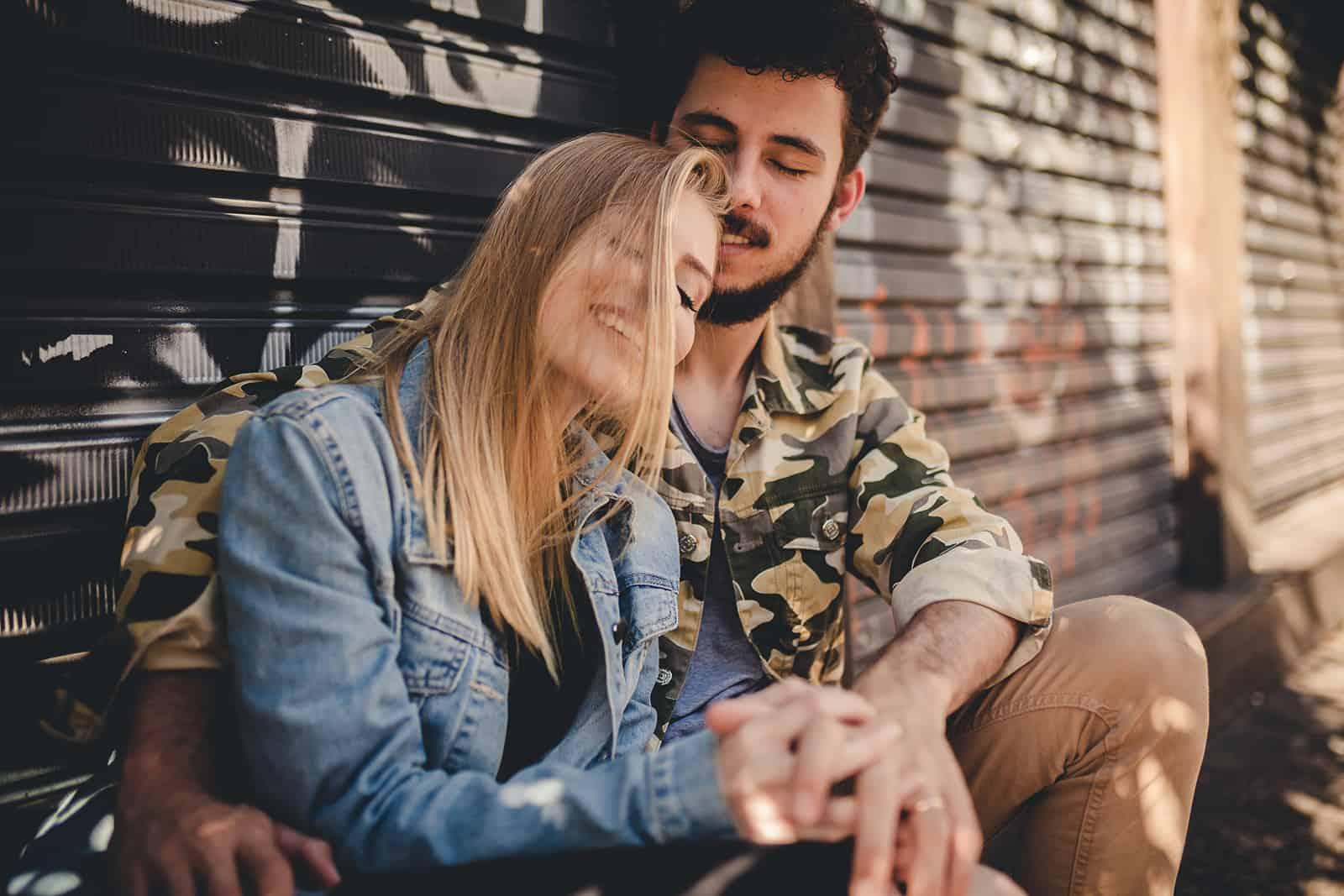 Un couple aimant se tenant la main alors qu'il était assis près des portes roulantes