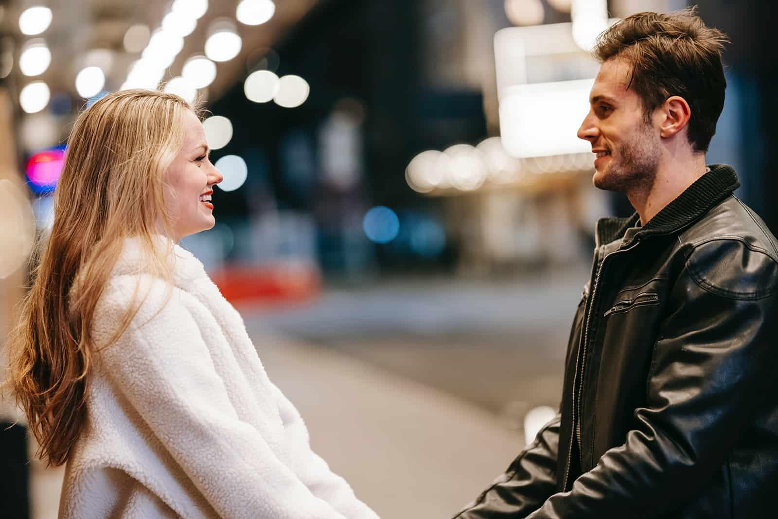 un couple amoureux se regardant et se tenant la main