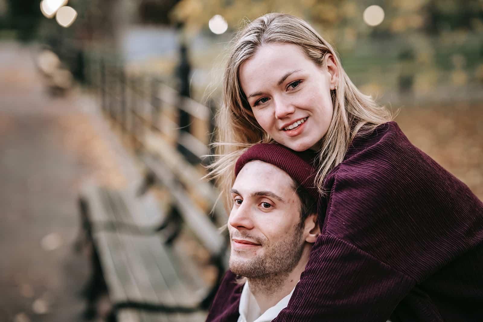 un couple heureux embrassant sur le banc dans le parc