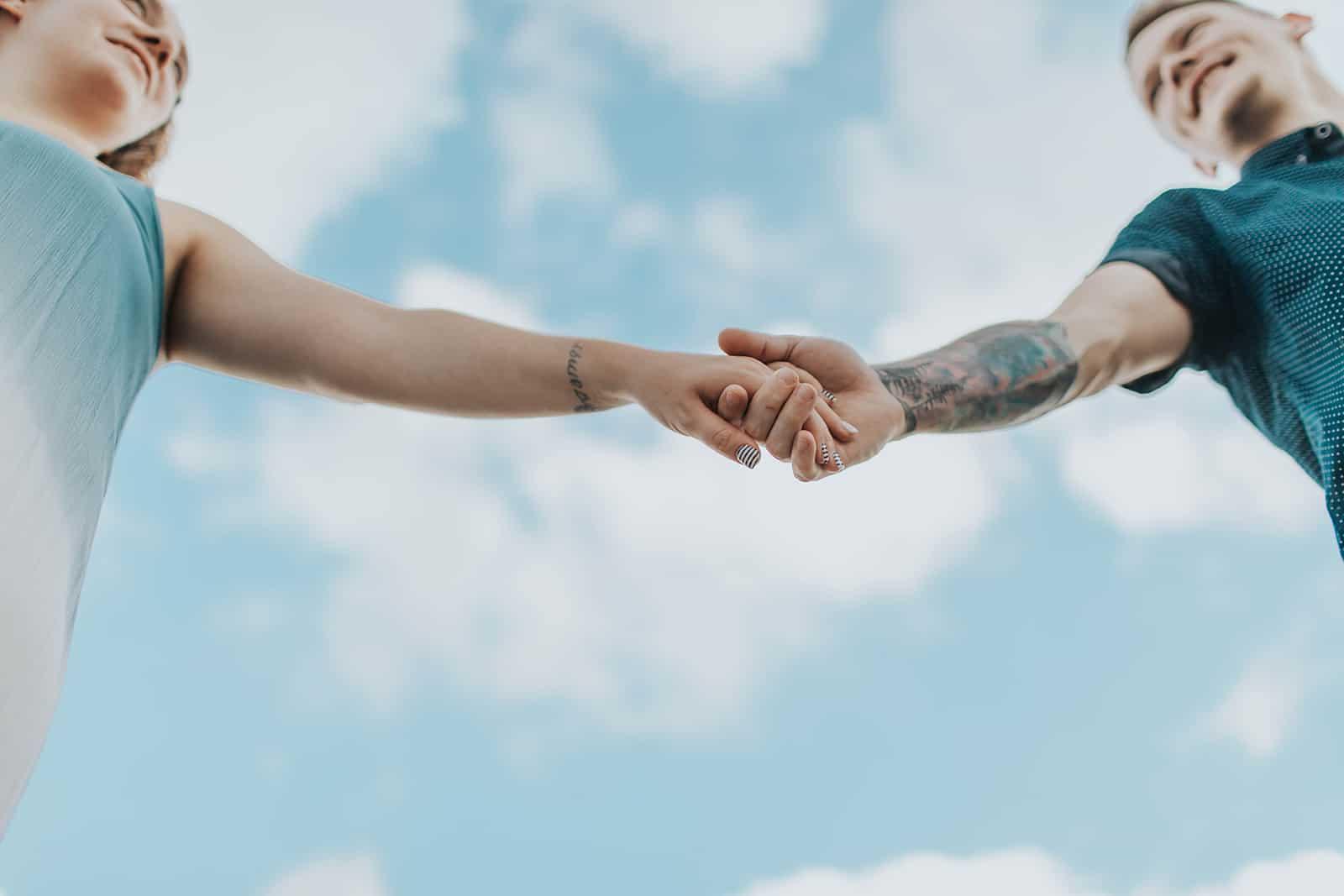 un couple se tenant la main et se regardant