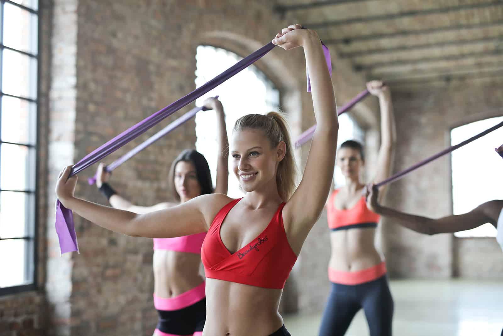 un groupe de femmes faisant des exercices dans la salle de fitness