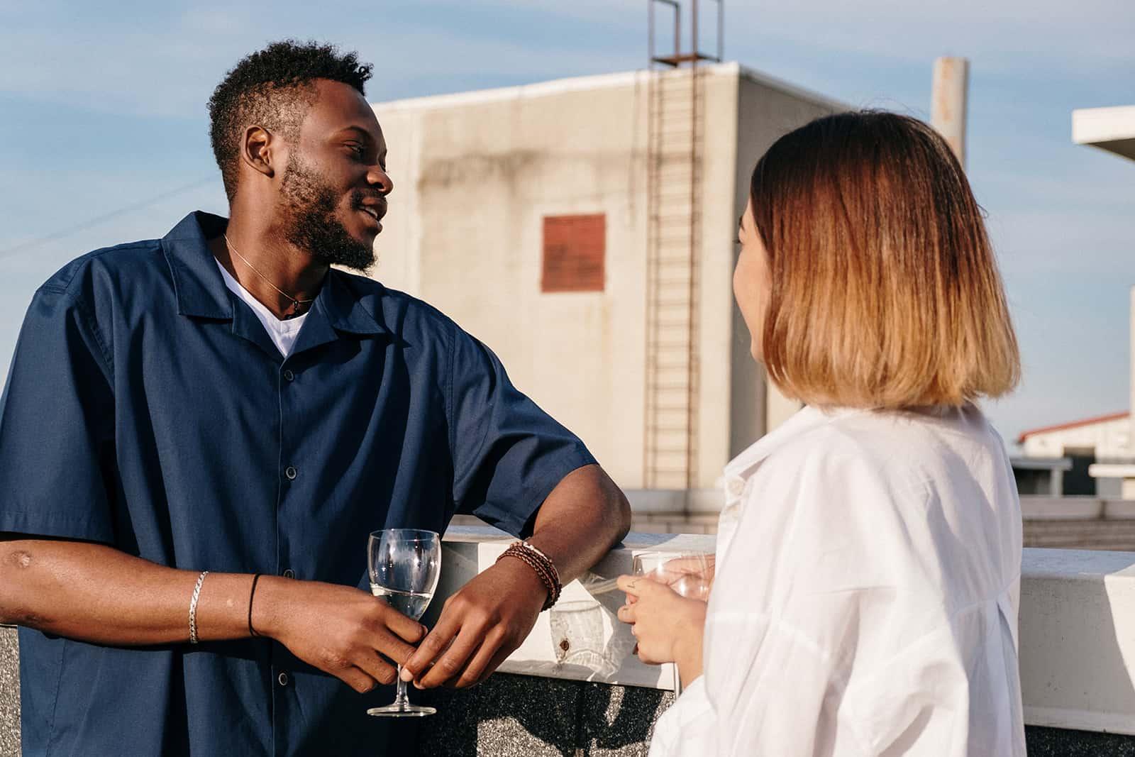 un homme parle avec une femme sur un toit