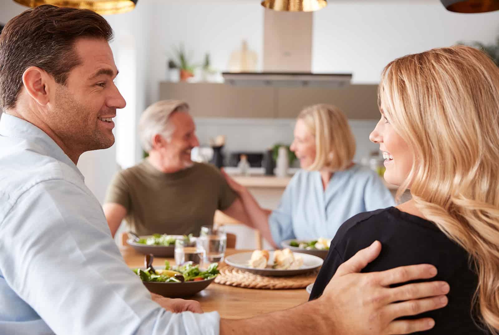 un homme présentant sa petite amie à ses parents au déjeuner de famille