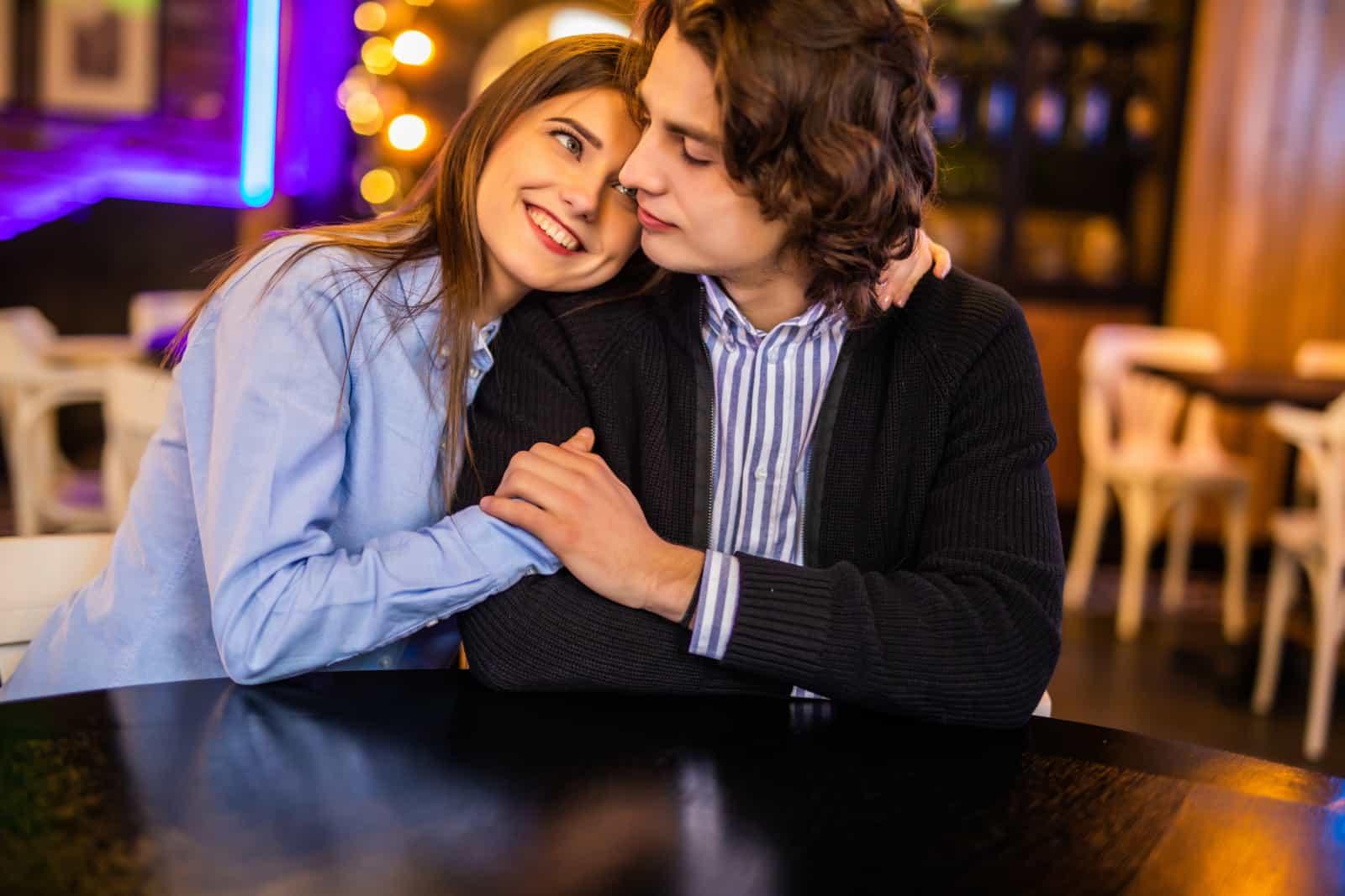 un jeune couple assis dans un café
