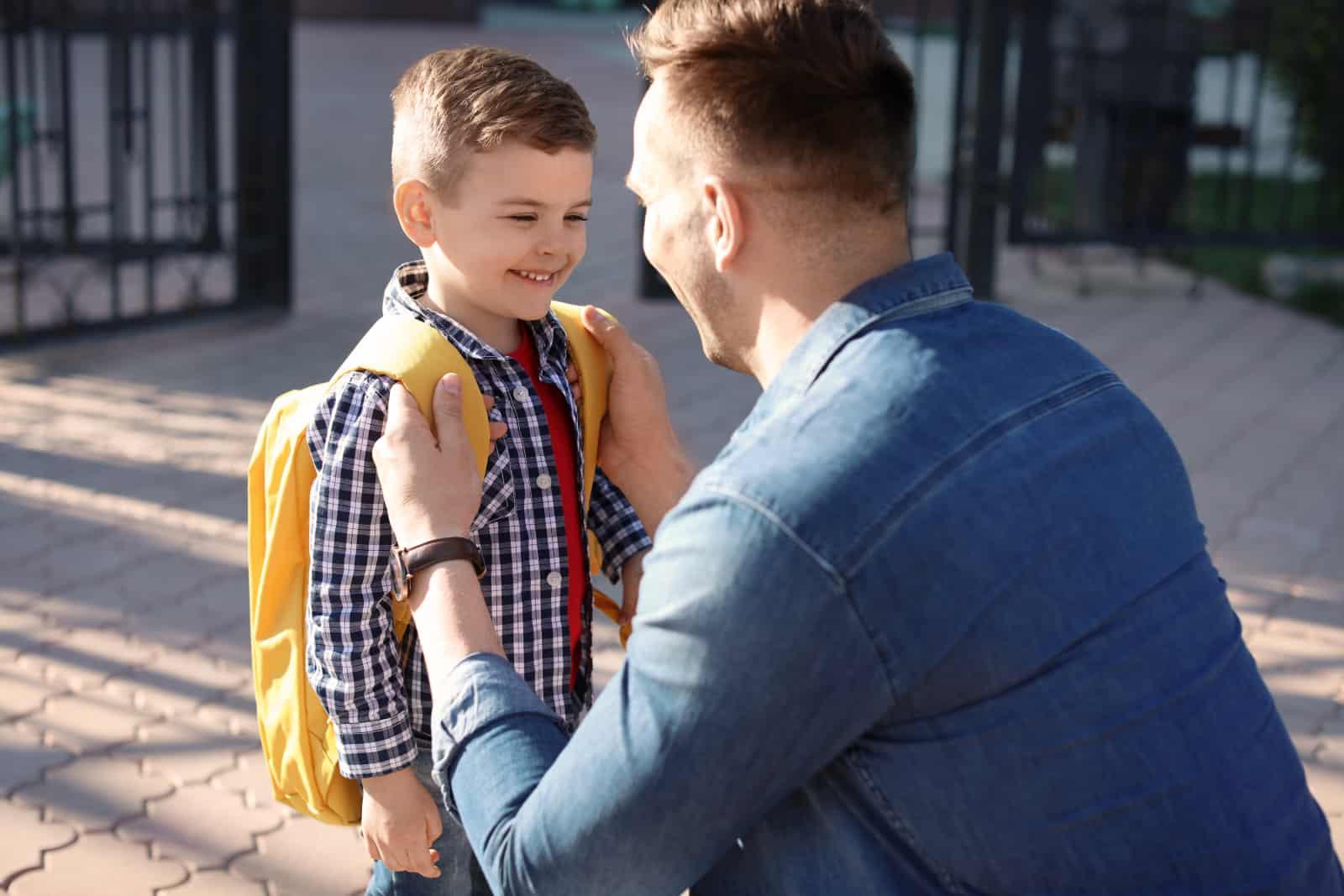 un père parle à son petit fils