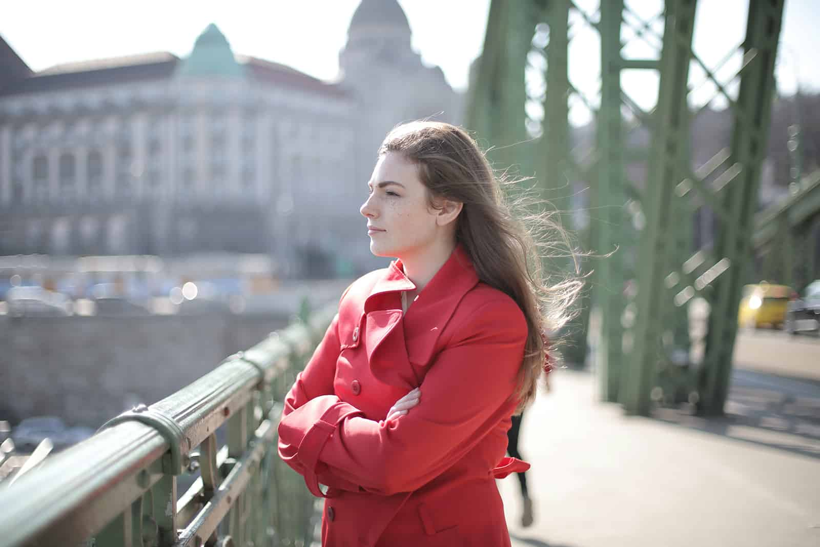 une femme calme avec les bras croisés debout sur le pont
