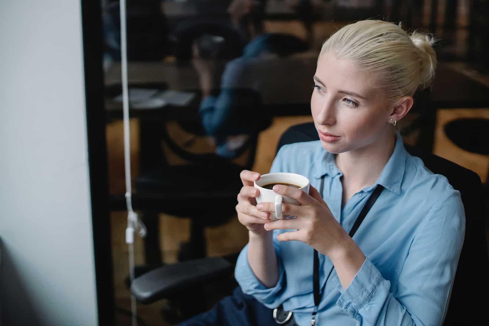 une femme confiante, boire du café dans un café