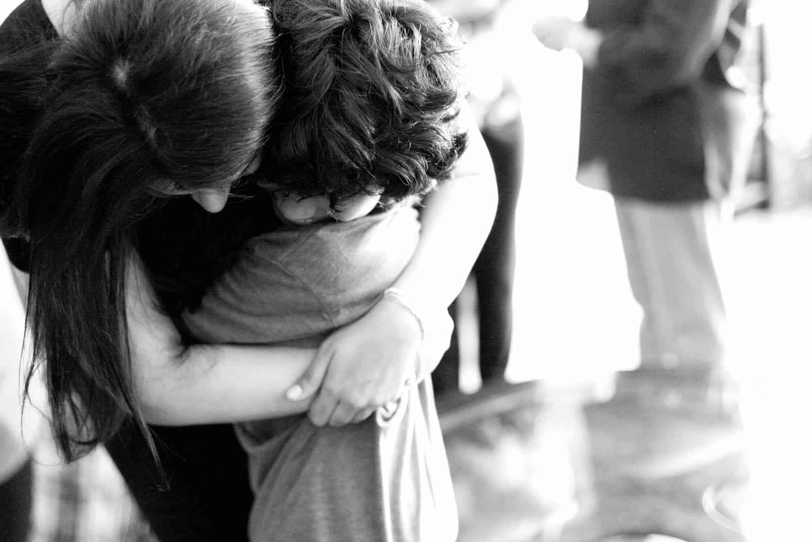 une femme embrasse un petit garçon