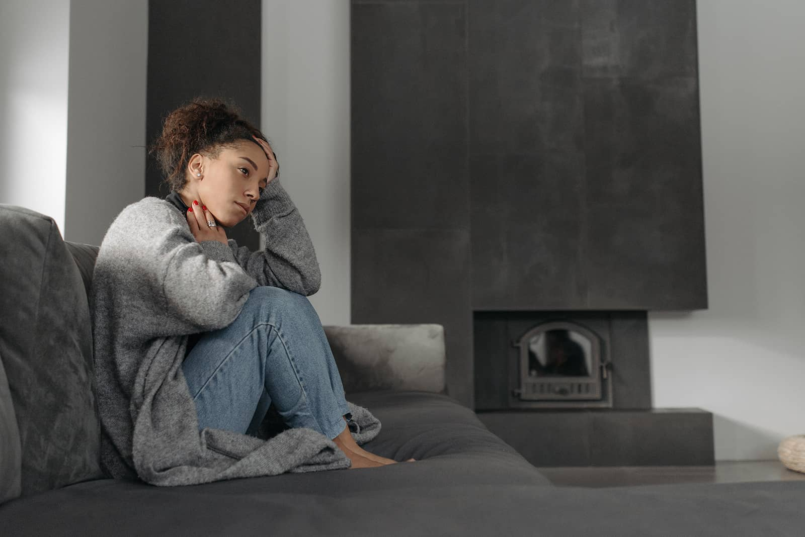 Une femme se sentant faible assise sur le canapé à la maison