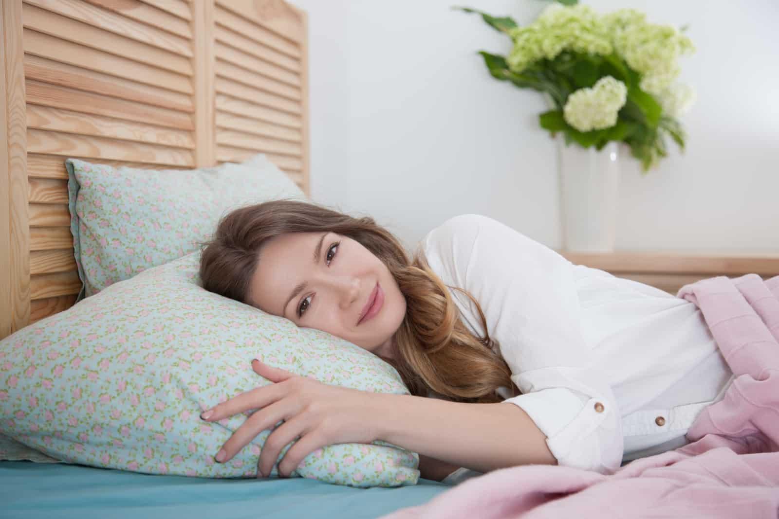 une fille au lit