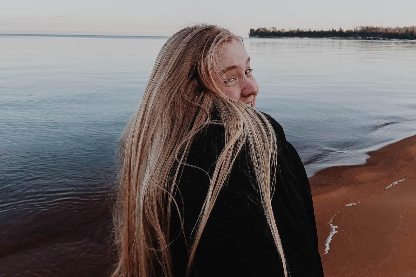 une fille aux très longs cheveux blonds
