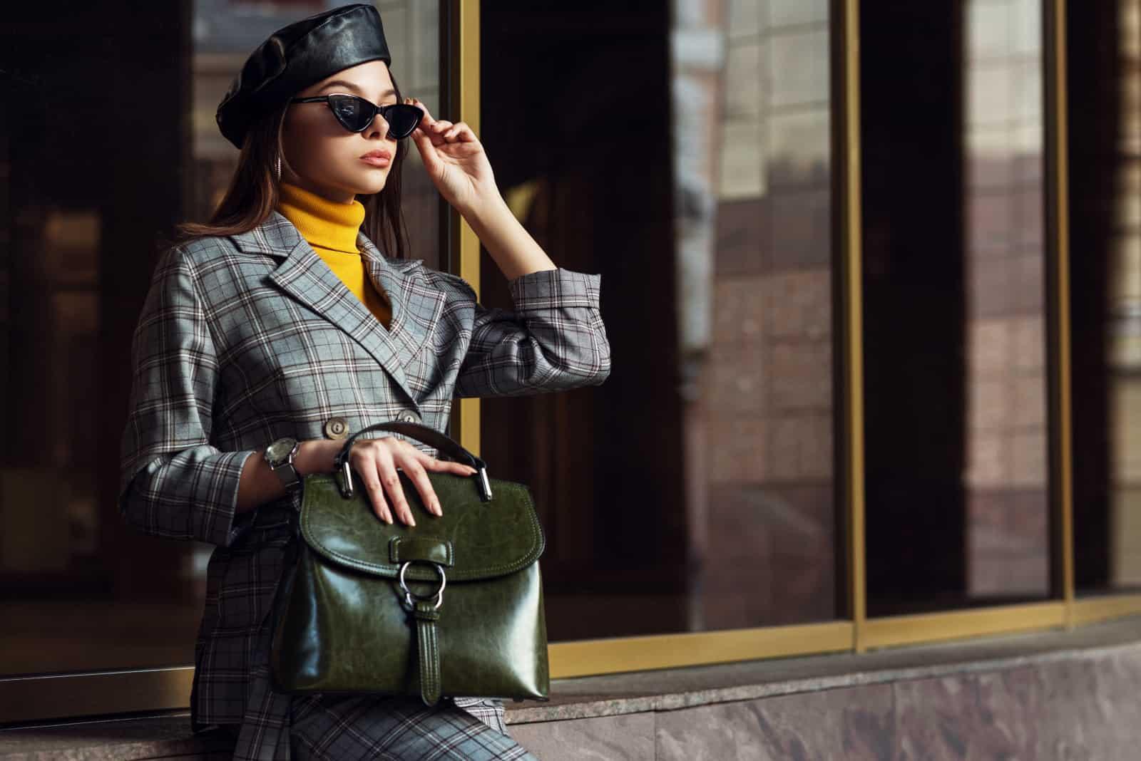 une fille posant dans un style très élégant
