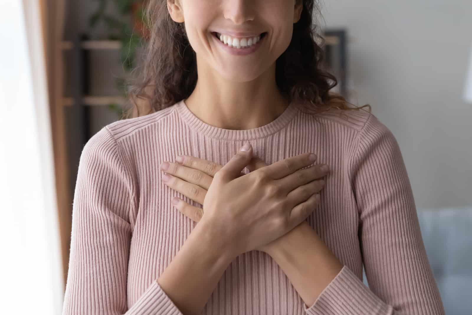 une fille tenant ses bras croisés sur sa poitrine