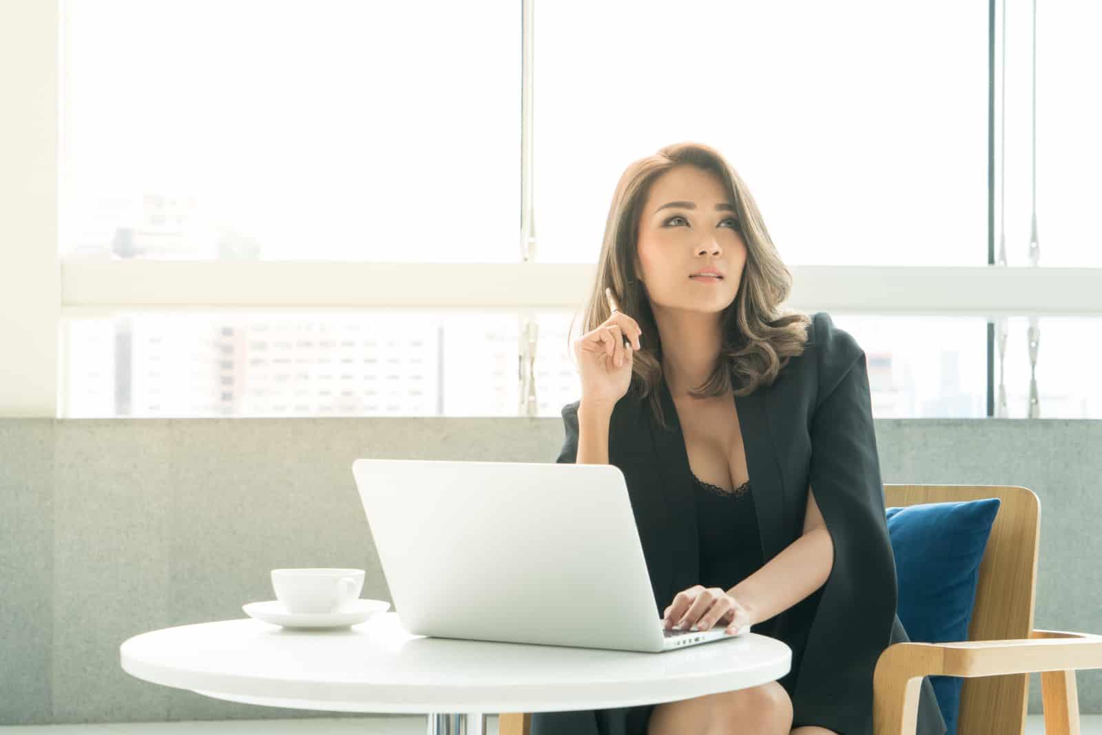 une jolie jeune fille travaille sur un ordinateur portable