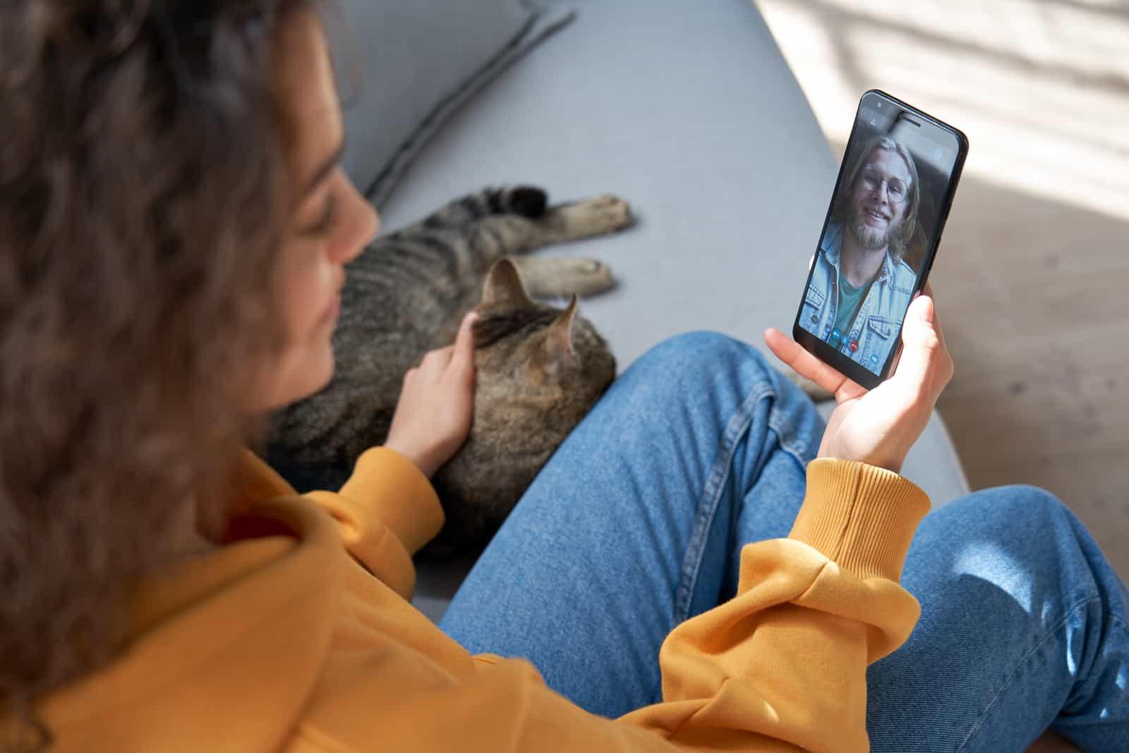 vidéo femme appelant son petit ami