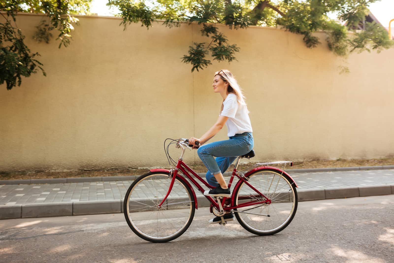 Belle fille aux cheveux blonds à vélo
