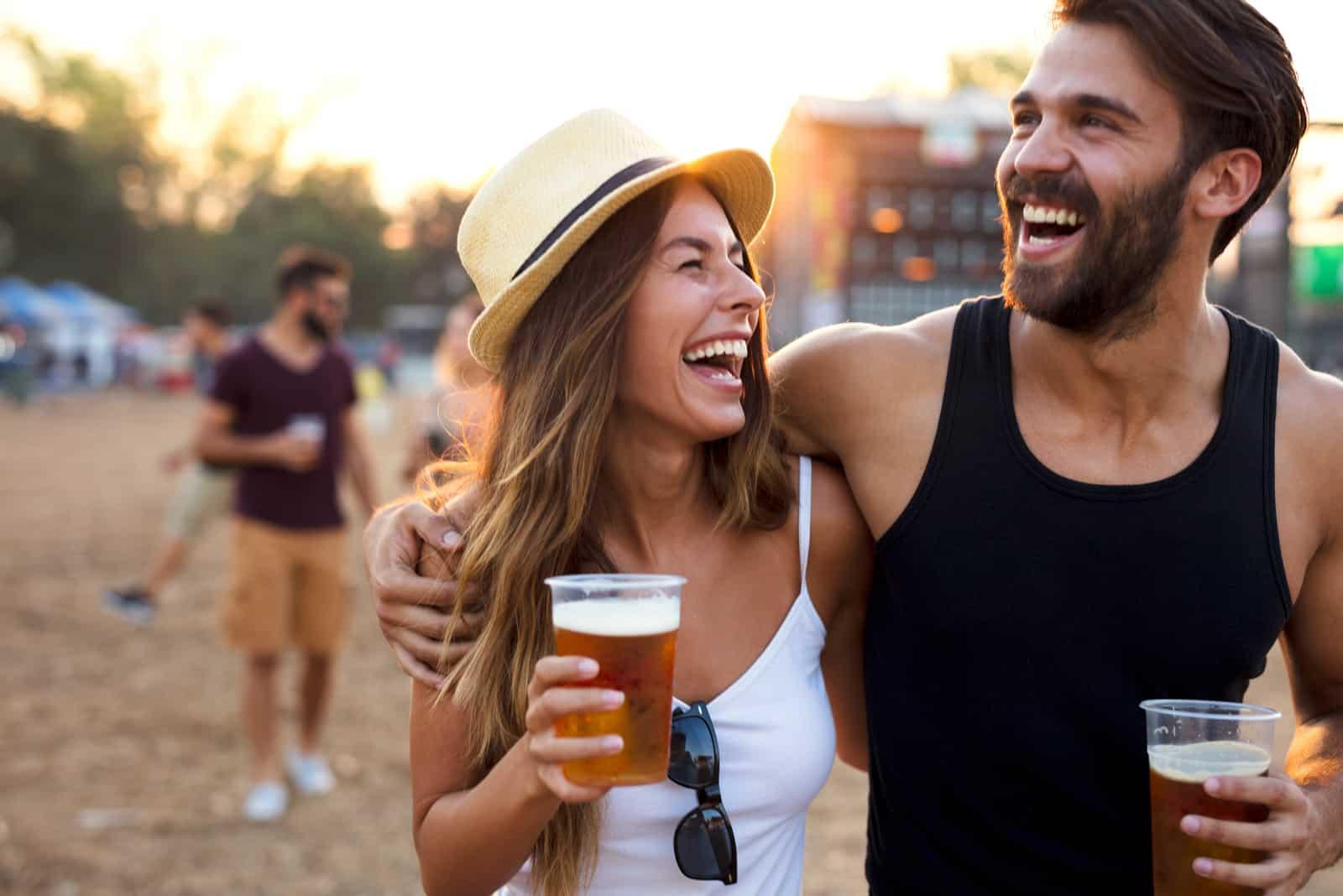 Couple jeune et joyeux au festival de musique