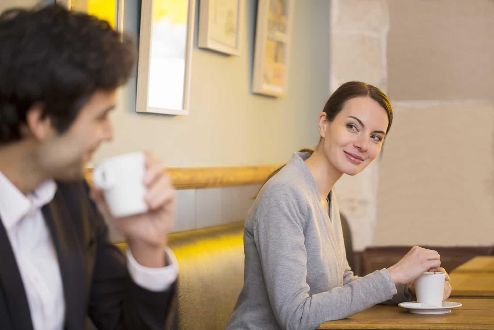Jolie femme flirter avec un homme au bar, restaurant