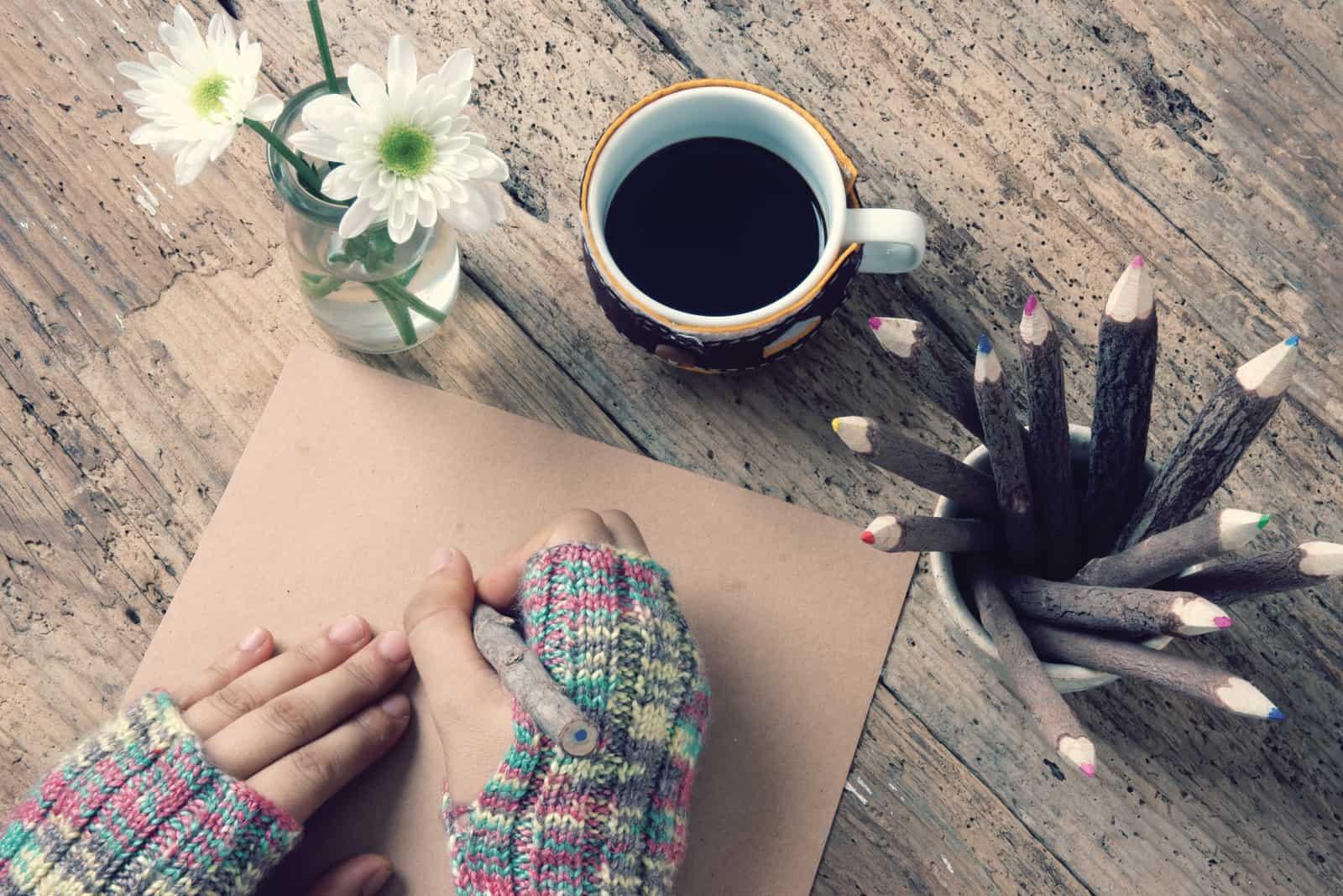 Les femmes portent des gants de laine en hiver, écrivant une lettre pour sœur