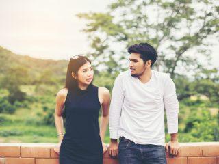 couple parlant à l'extérieur au sérieux