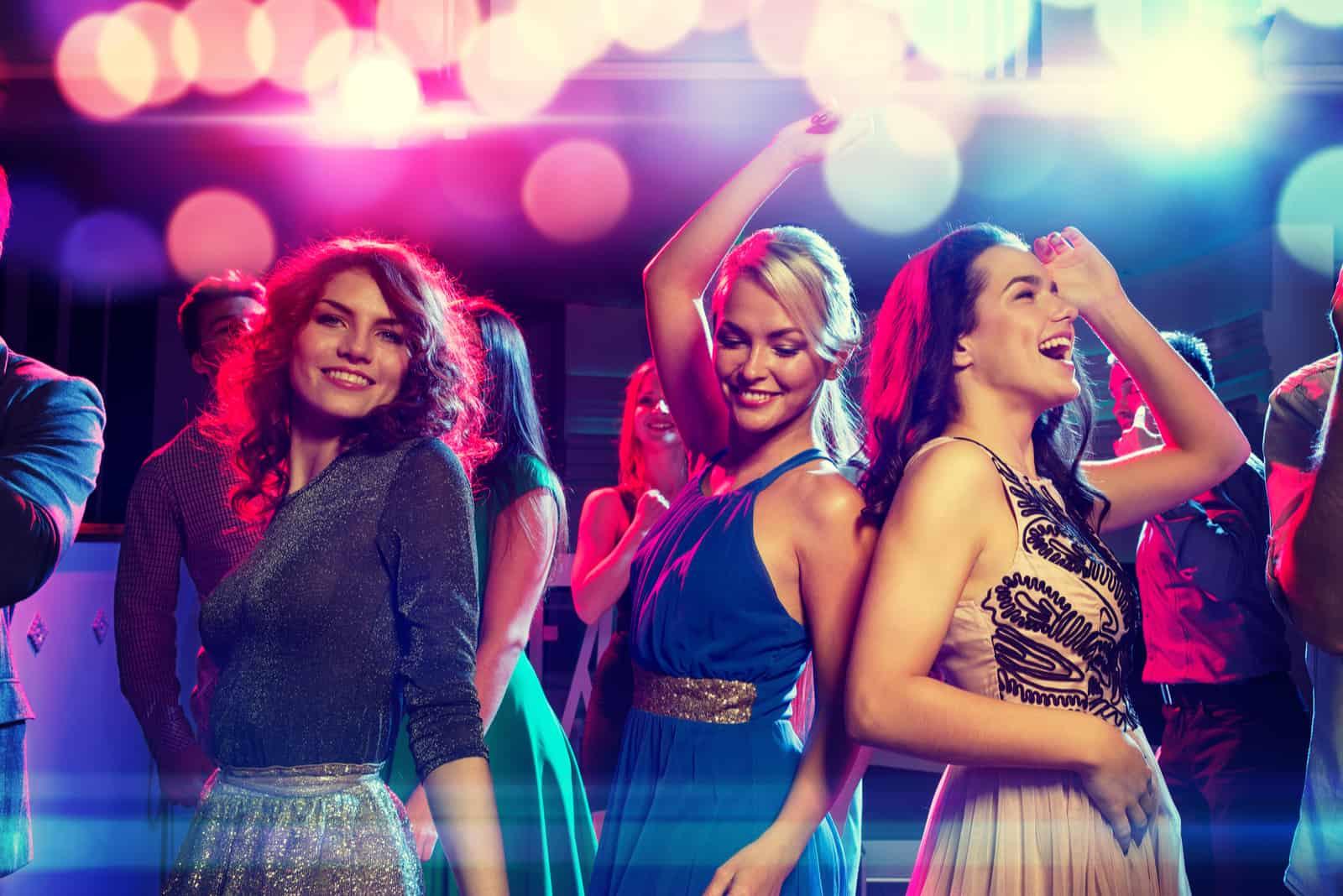 des amis dansent dans le club
