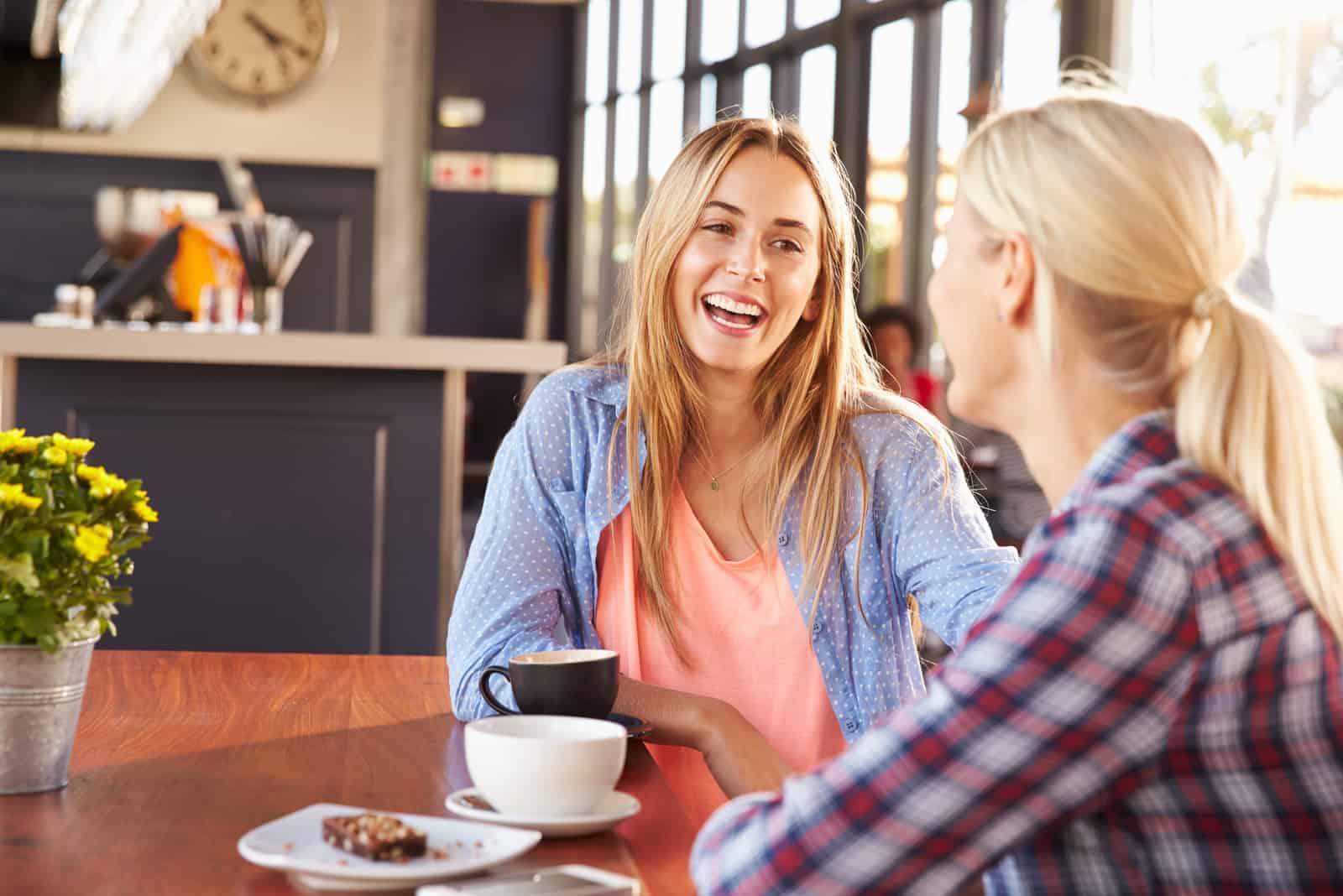 des amis s'assoient dans un café et parlent