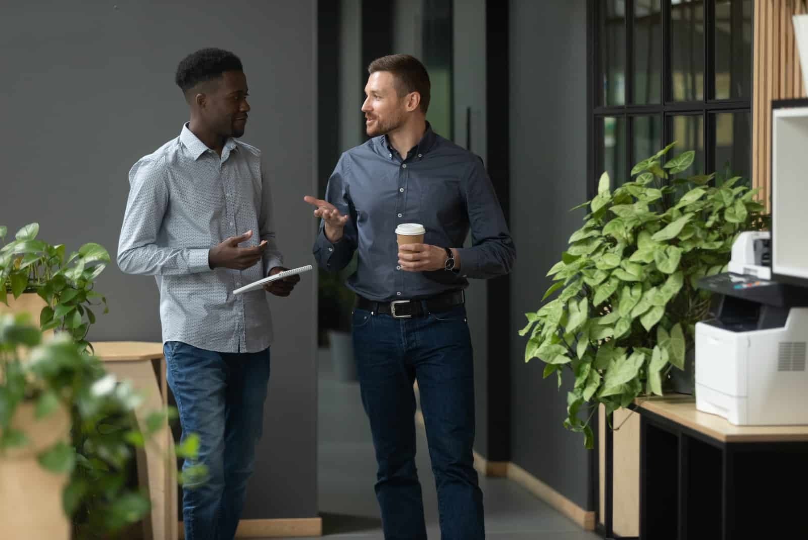 deux hommes qui parlent