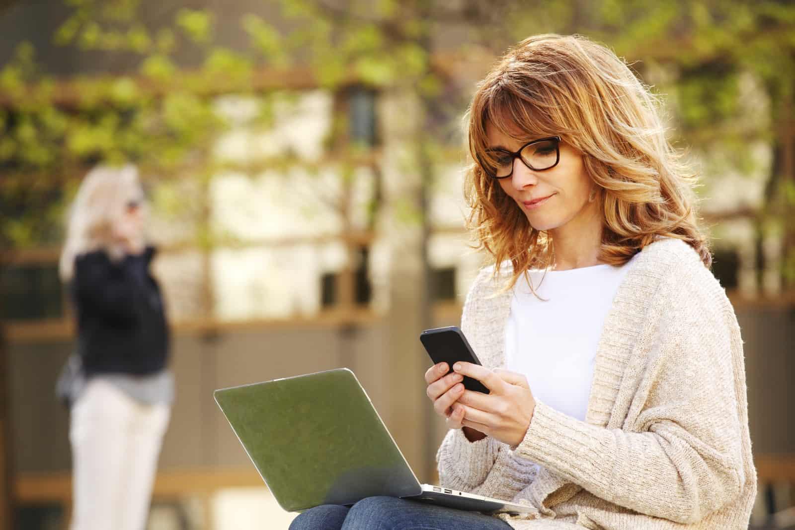 femme assise et bouton sur le téléphone