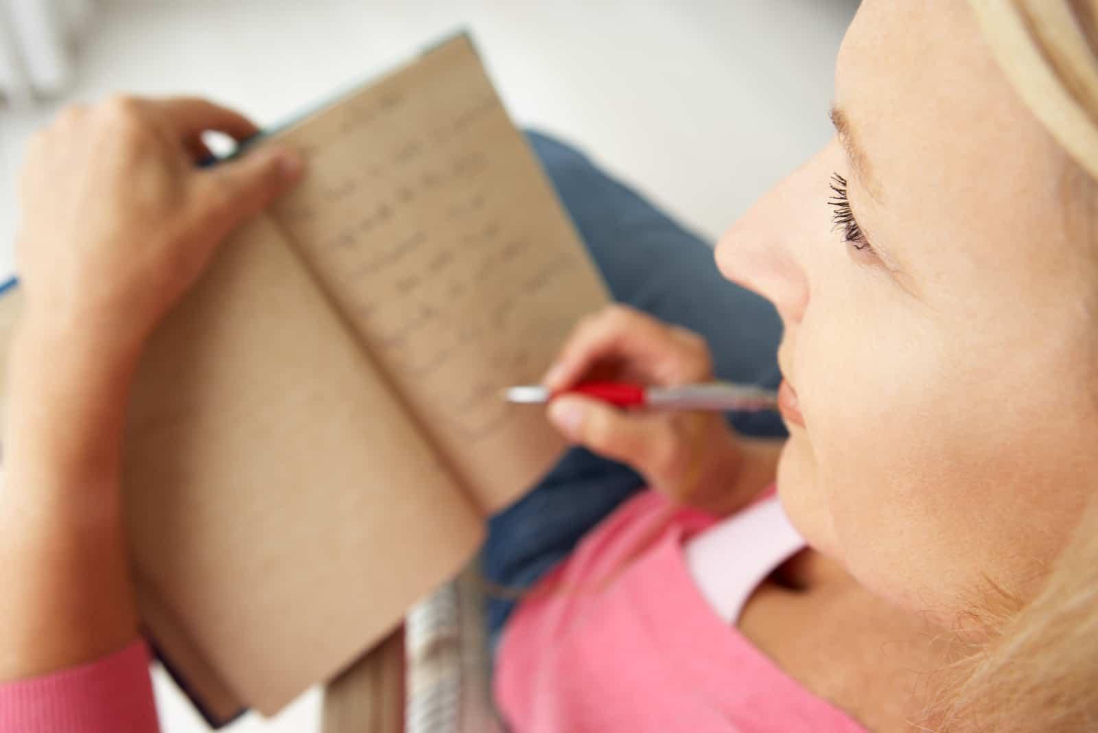 femme écriture dans cahier