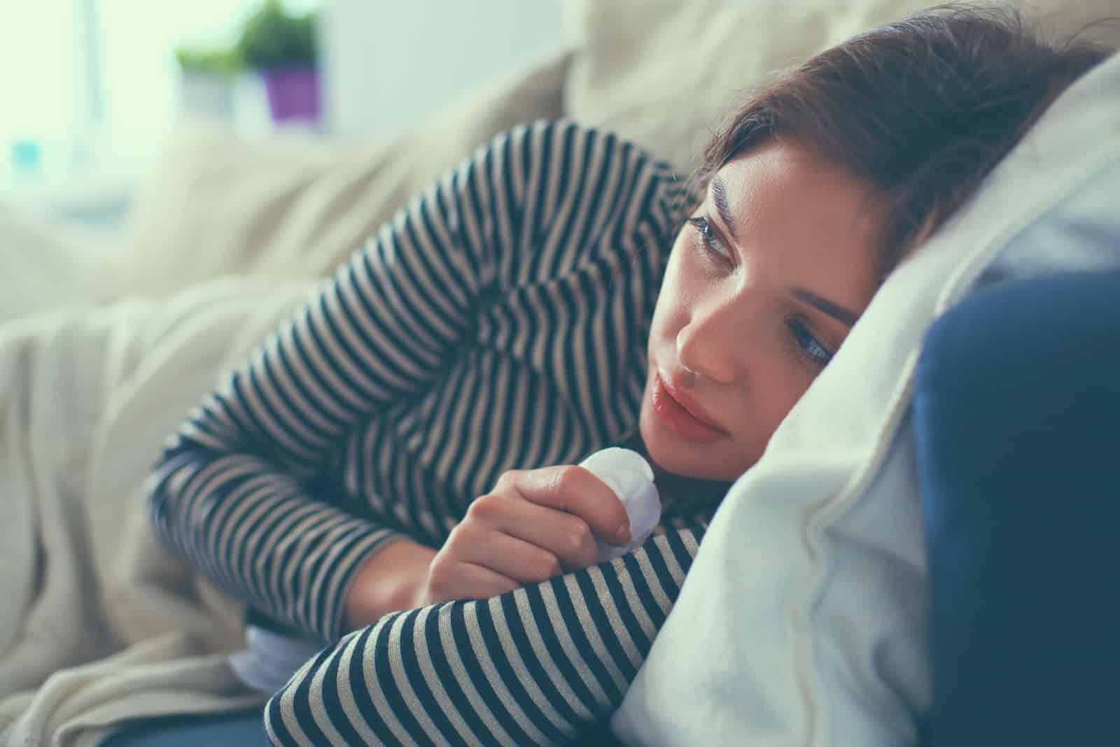 la femme est couchée dans son lit