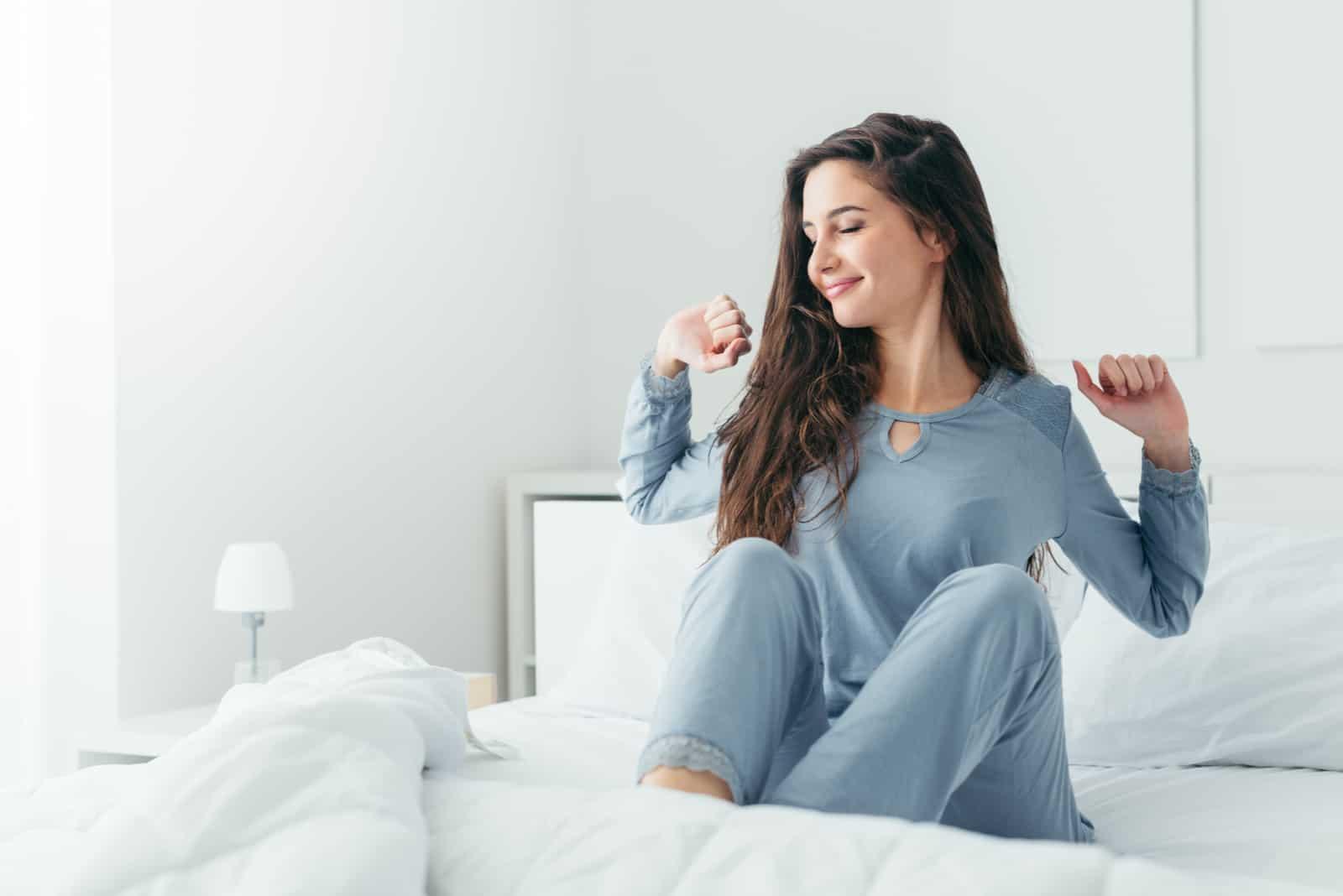la femme s'étend dans son lit