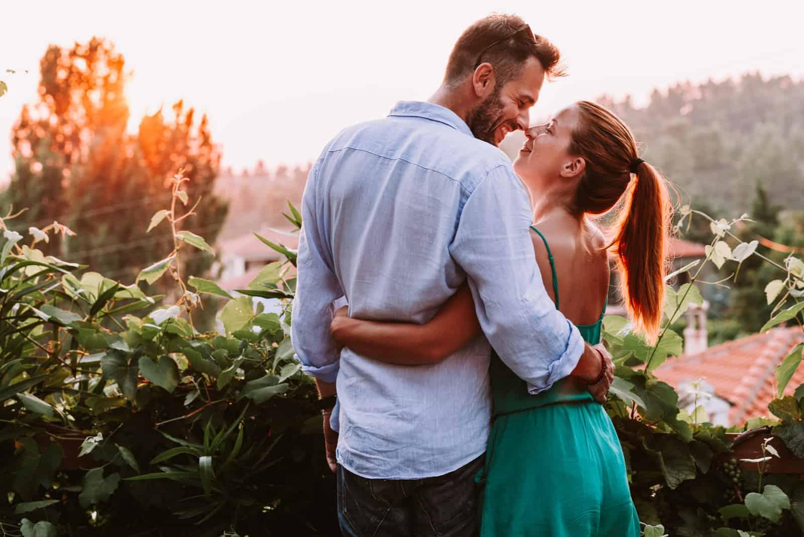 l'homme et la femme s'embrassent et se regardent dans les yeux