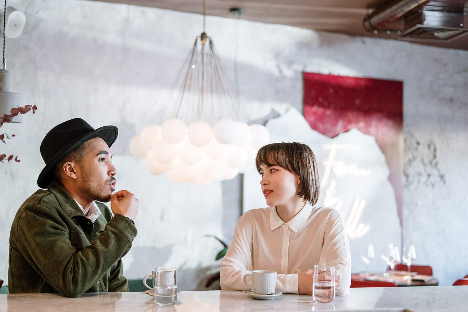 un homme ayant une conversation honnête avec une femme dans un café