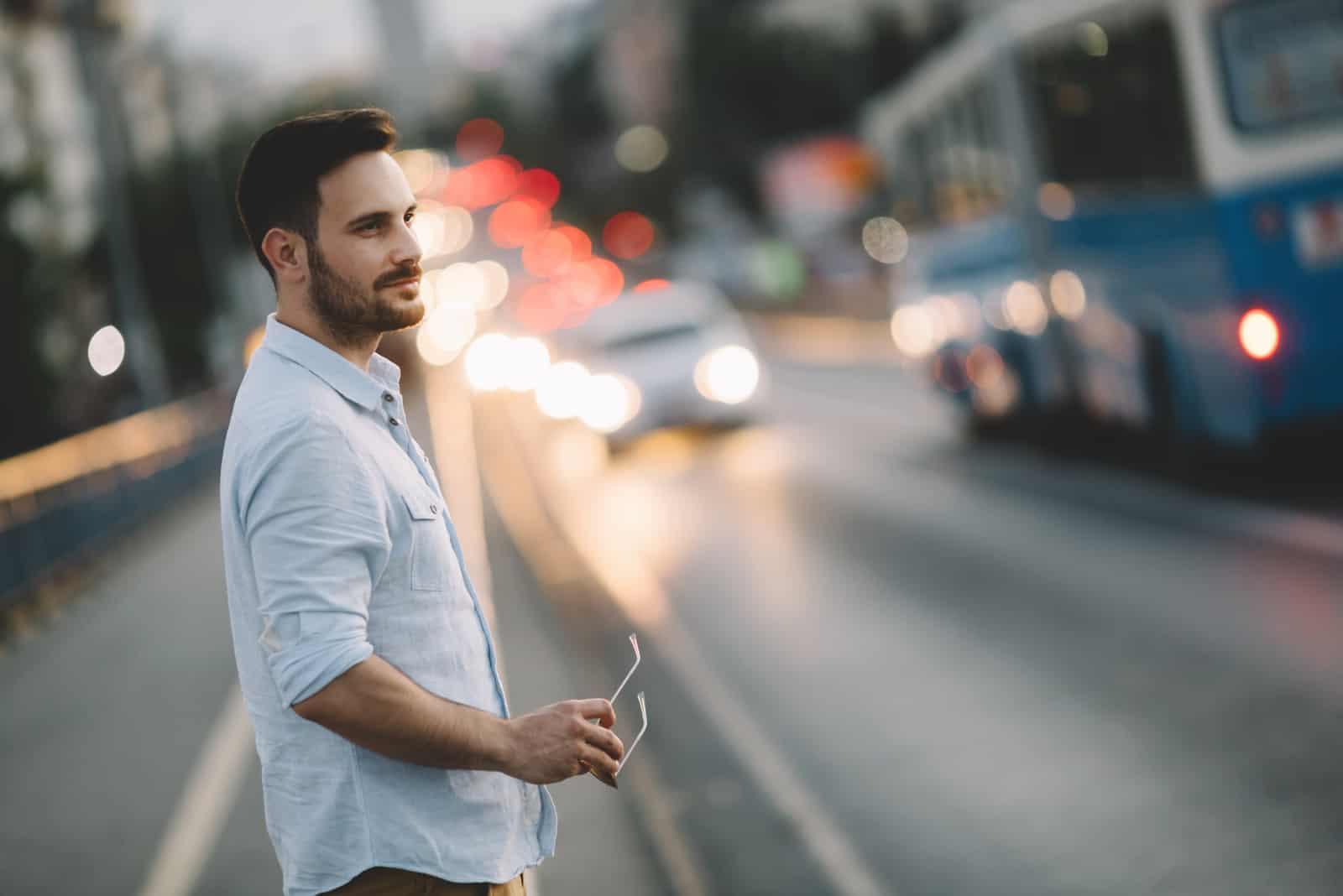 un homme debout dans la rue
