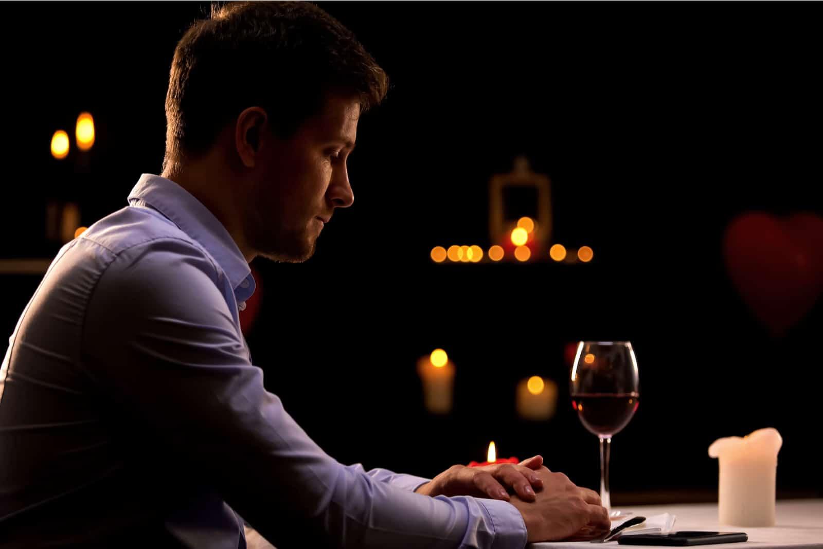 un homme déçu assis dans un restaurant