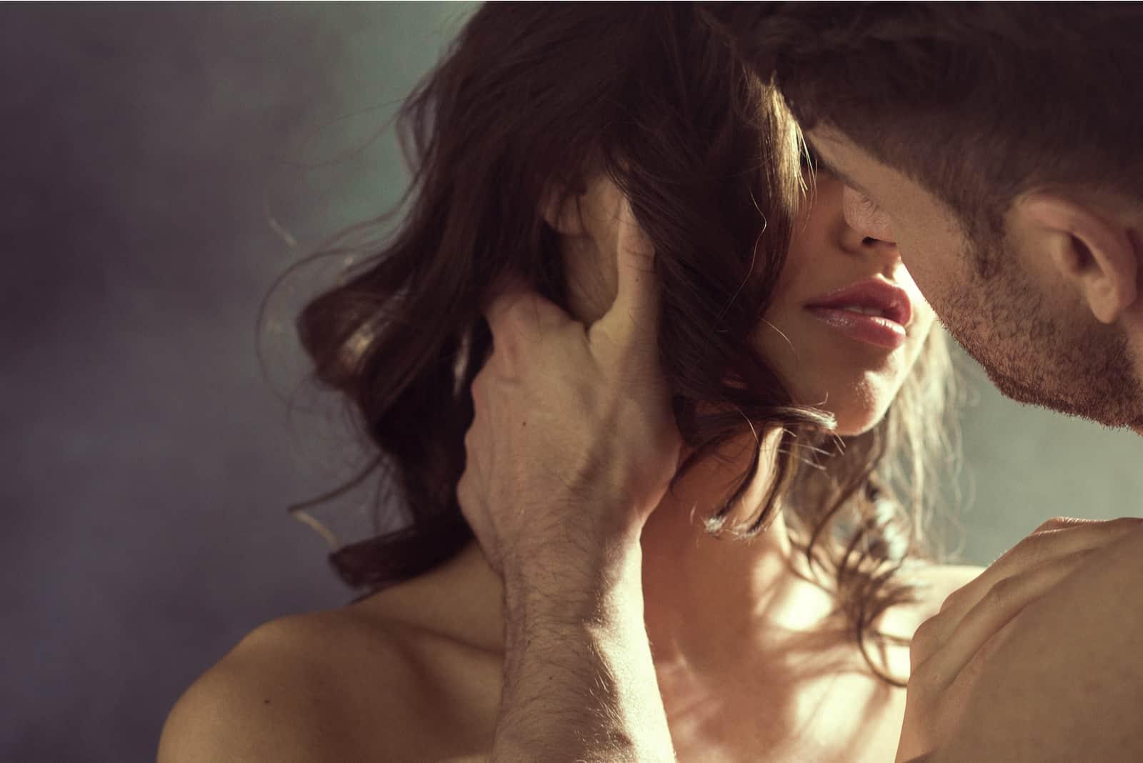 un homme et une femme à moitié nus dans une étreinte