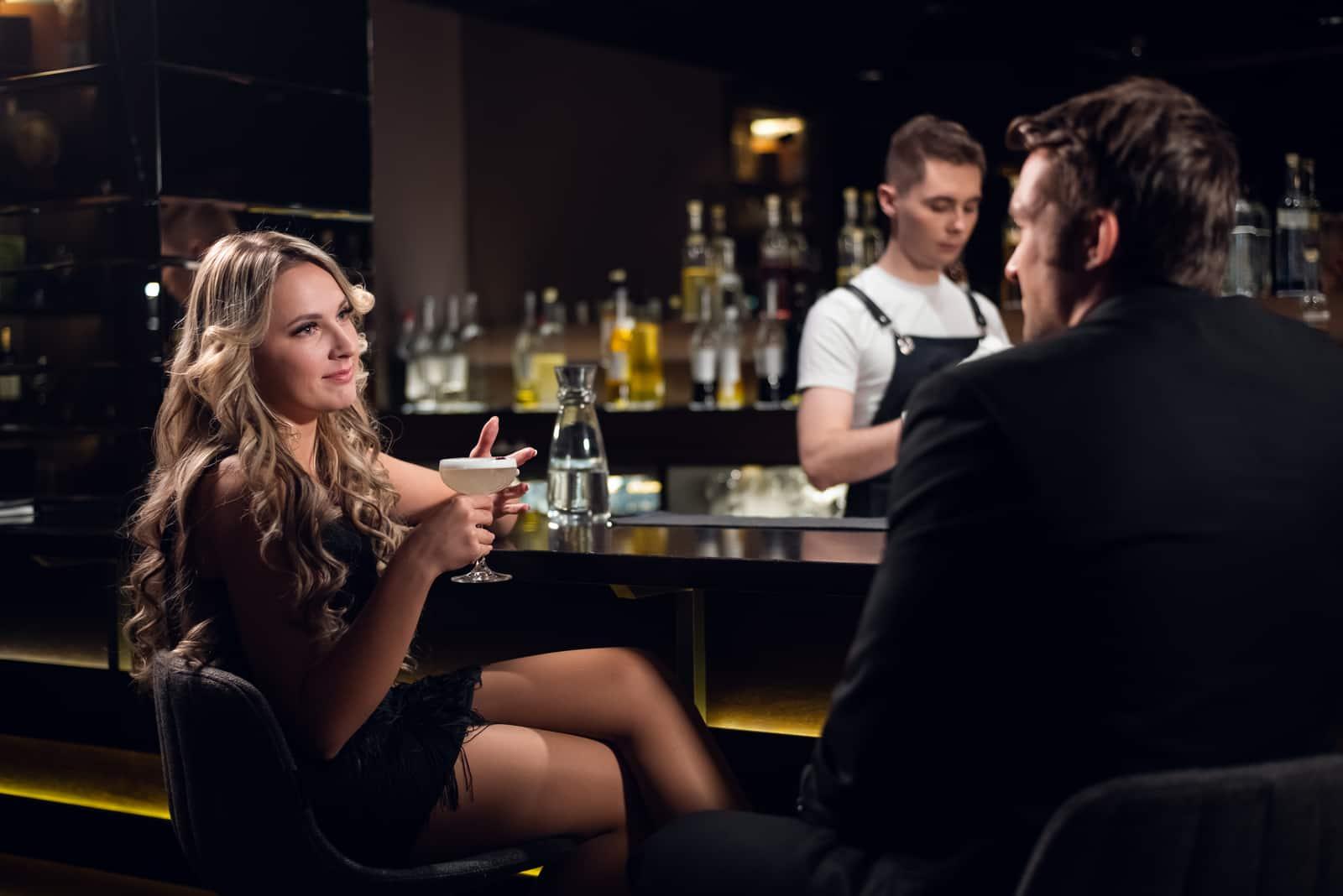 un homme et une femme derrière un traîneau dans un café assis et parlant