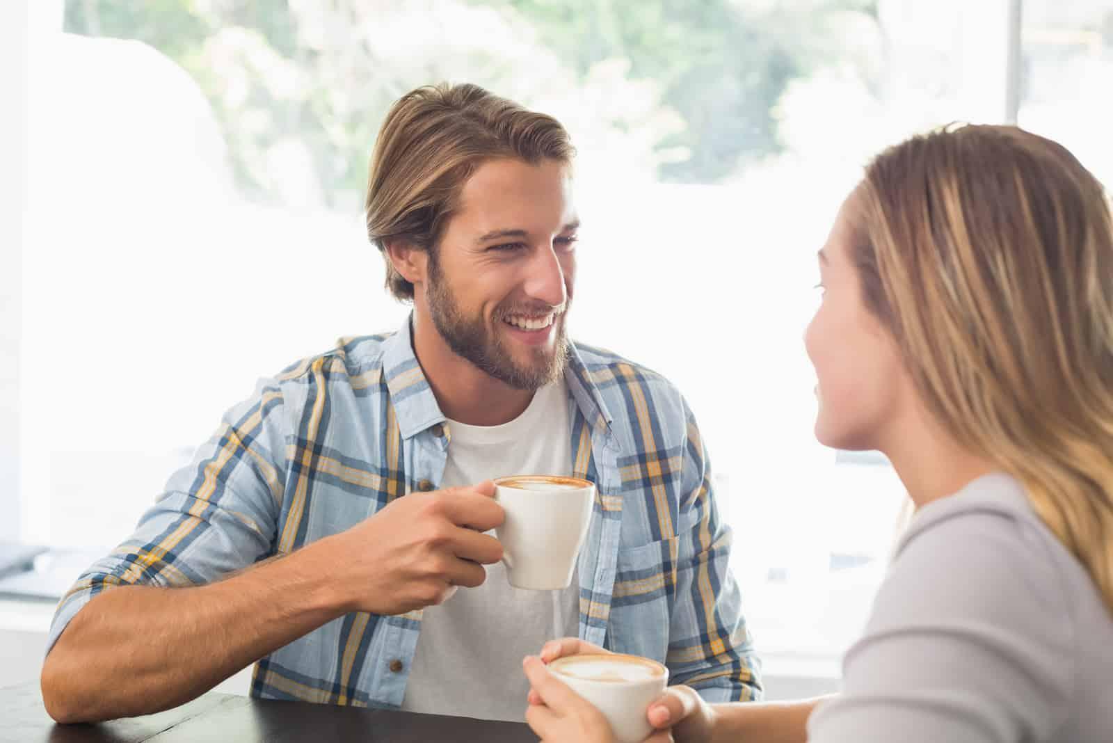 un homme et une femme qui parlent autour du café