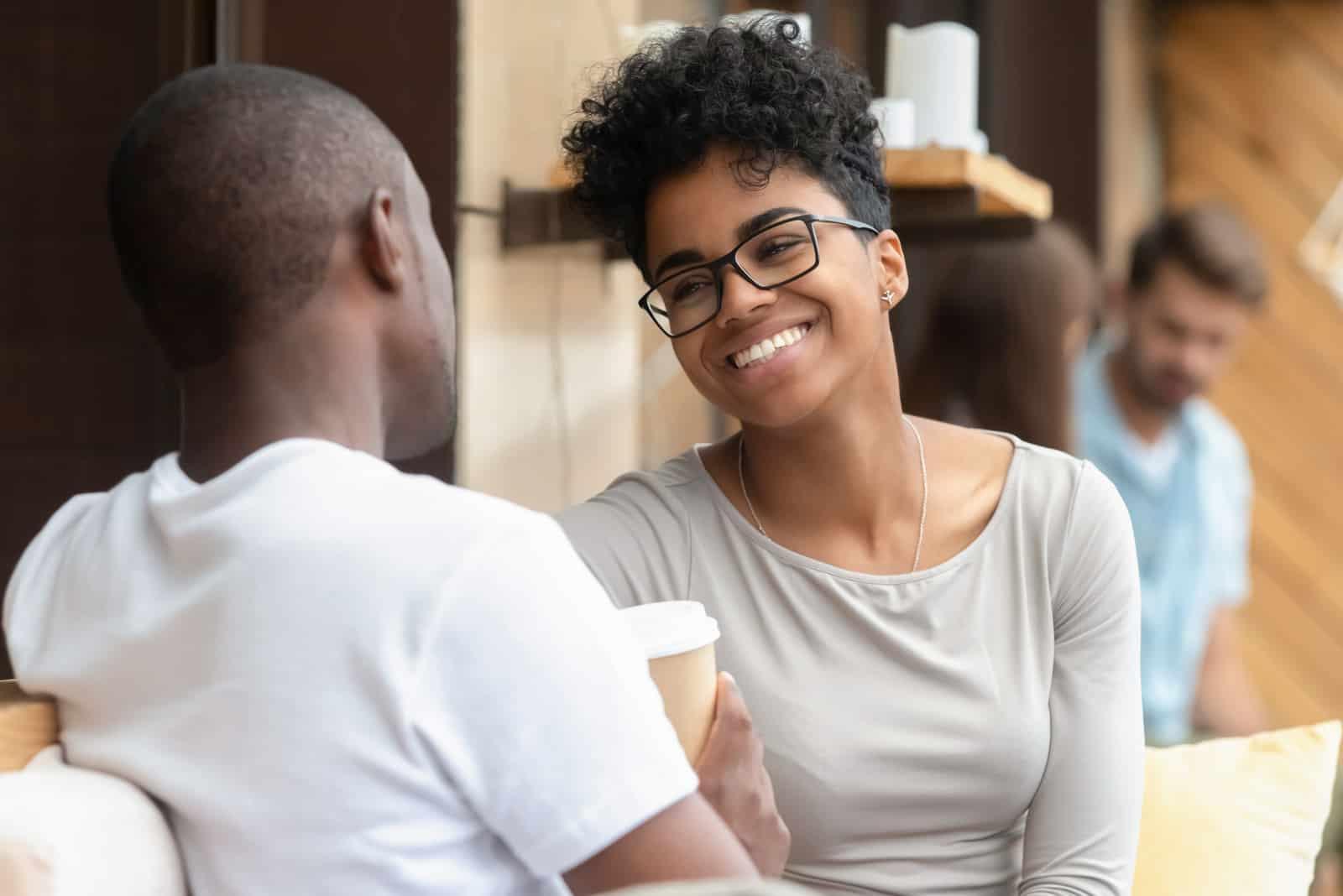 un homme et une femme rient et parlent